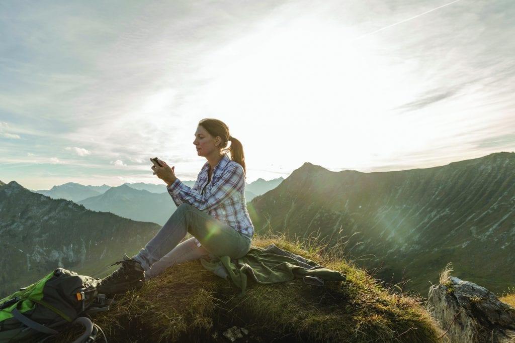женщина управляет тепловым насосом со смартфона